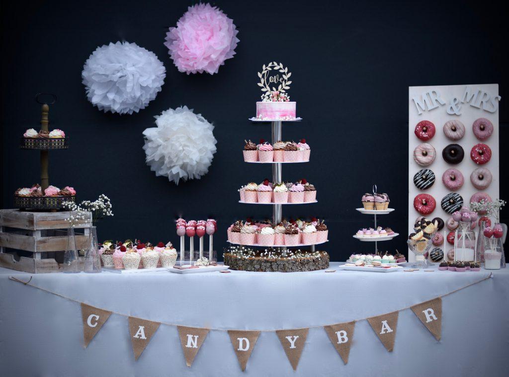 Candybar mit Cup Cakes, Donuts, Cake Pops und Dekoration