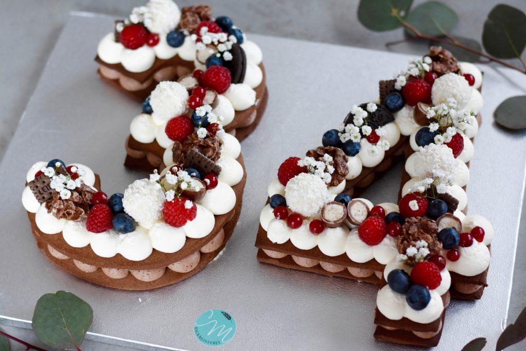 Zahlenkuchen verziert mit Beeren und Süßigkeiten