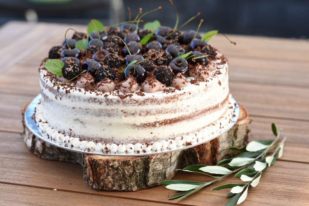 Schwarzwälder-Kirsch-Torte mit frischen Kirschen oben drauf