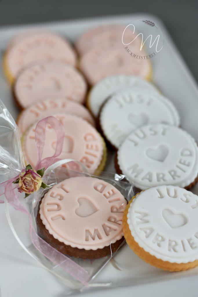 Kekse mit Just Married Prägung in weiß und rosa